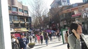 大学前の繁華街