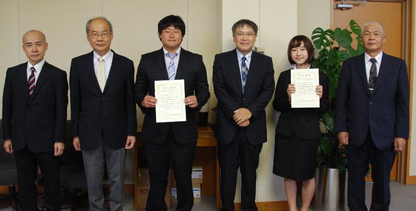 学生顕彰を受賞した長瀬さん、田中さん(左から3番目、5番目)