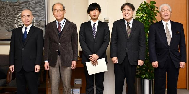 学生顕彰を受賞した但馬さん(中央)