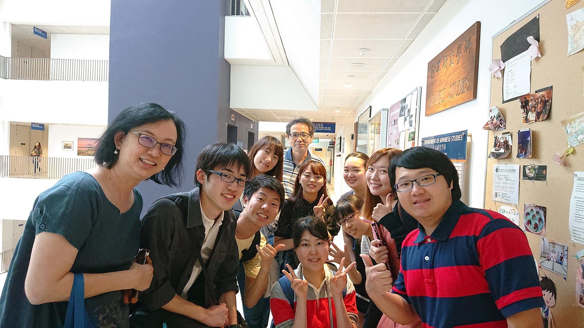 日本研究学科の学生たちと