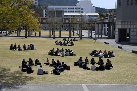 芝生で行われた昼食交流会