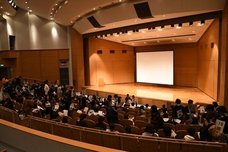 講堂で行われた学生生活体験発表等