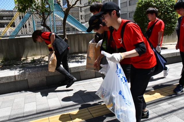 ゴミを拾う参加者